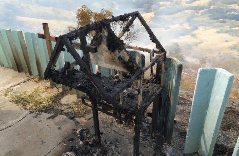 Incêndio atinge área atrás da Capela de São Cristóvão na Serra de Botucatu
