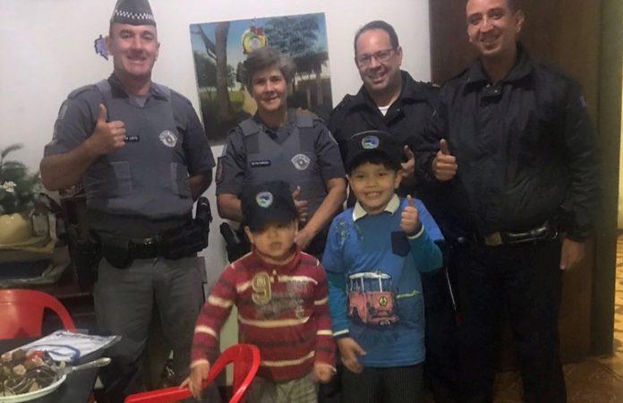Botucatu: Fãs das Forças de Segurança, meninos recebem a visita de Guardas e Policiais em Festa de Aniversário